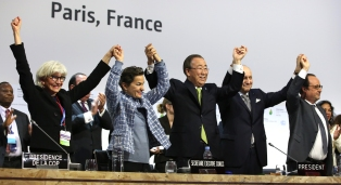 COP_21_Paris_Agreement-Celebration_Christiana-Figueres_Laurence-Tubiana_Ban_Ki_moon_François_Hollande